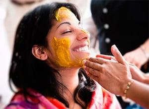 Индианка с куркумой на лице