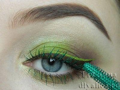 Красим кончики ресниц зеленым