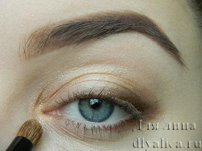Наносим светло-золотые тени во внутренний угол глаза