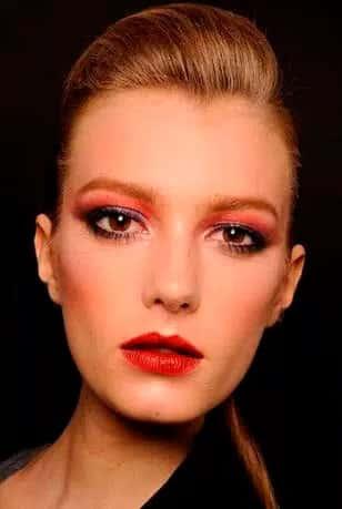 Модный черно-красный макияж