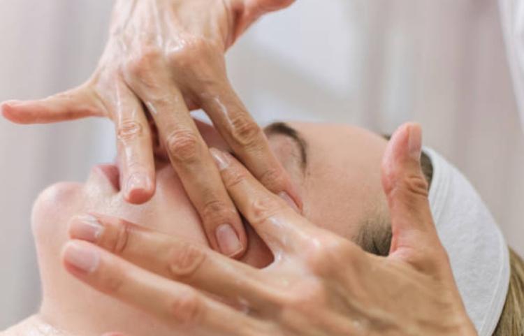 Выполнение массажа лица