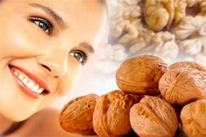 Девушка с грецкими орехами