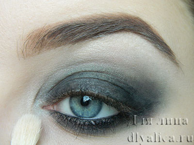 Наносим светлые тени в уголок глаза